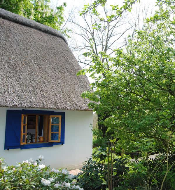 reetdachhaus mit fachwerk und backhaus am ufer der oste reetdach immobilien. Black Bedroom Furniture Sets. Home Design Ideas
