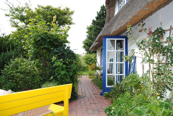 Idyllisches kleines Reetdachhaus direkt am Elbdeich | Reetdach ...